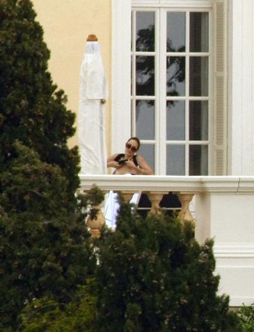 Angelina Jolie bez stanika!